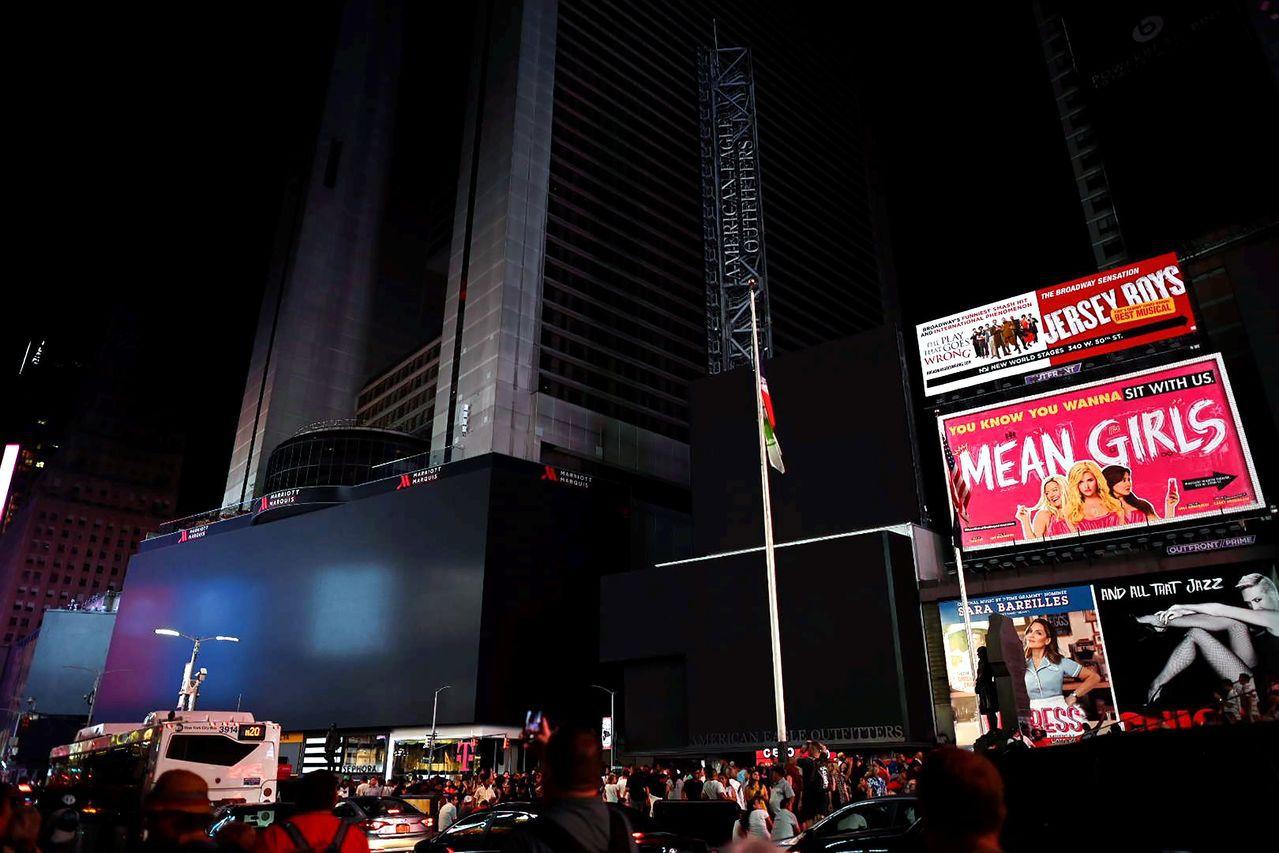 美國紐約曼哈頓市13日傍晚大停電,從洛克斐勒中心(Rockefeller Cen...