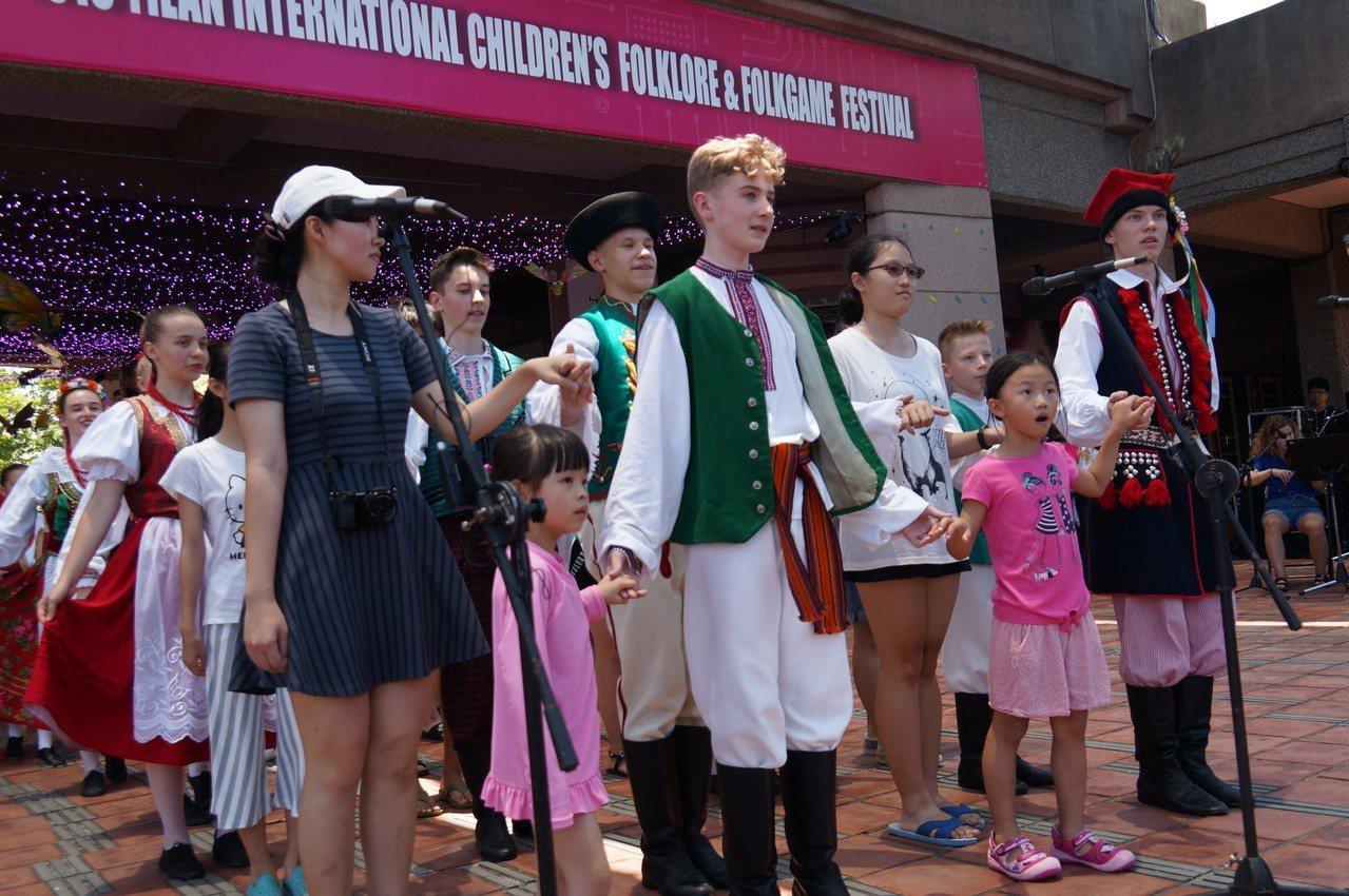 宜蘭童玩節每周六日推出「國家日」,安排各國兒童民俗音樂舞蹈表演團隊與民眾互動。 ...