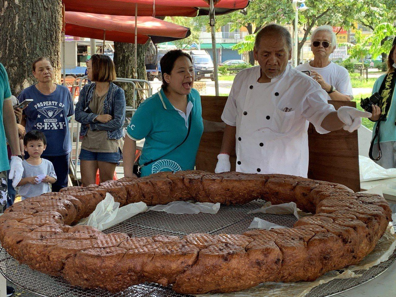 麥順英帶領團隊製作重達30公斤的超大甜甜圈,一起鍋就吸引眾人目光。記者翁禎霞/攝...