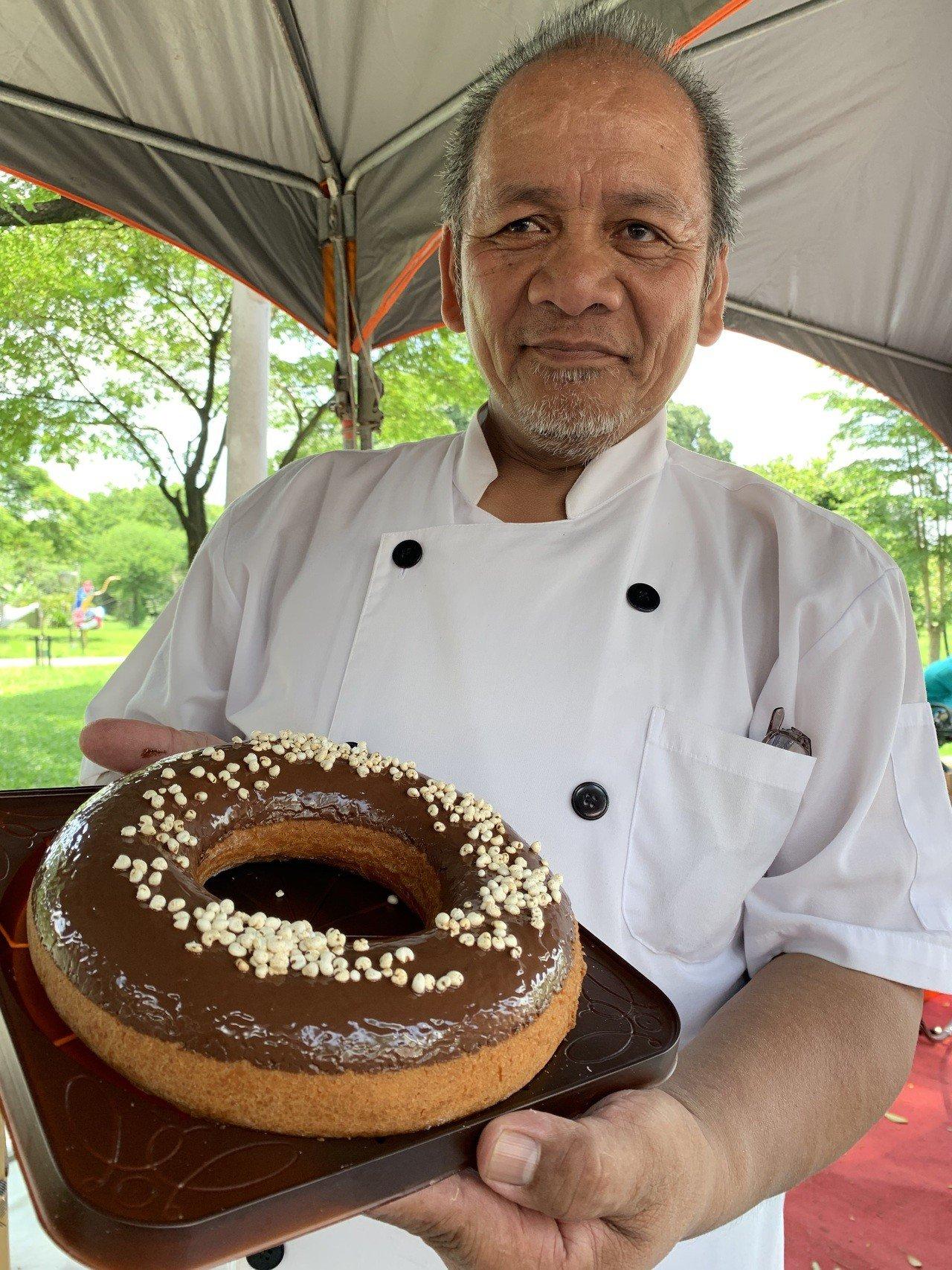 麥順英製作各種口味的甜甜圈。記者翁禎霞/攝影