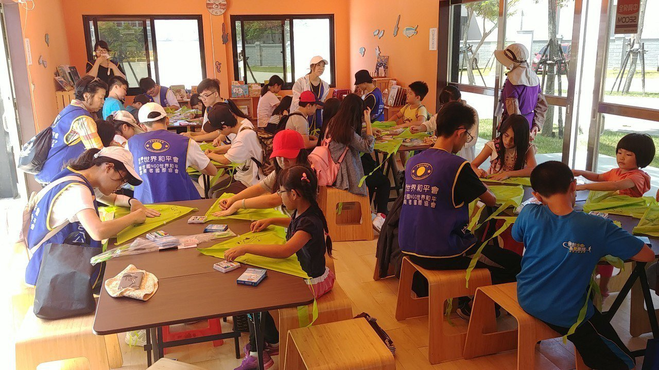 孩童由講師帶領孩童們製作環保風箏。圖/桃園市環保局提供