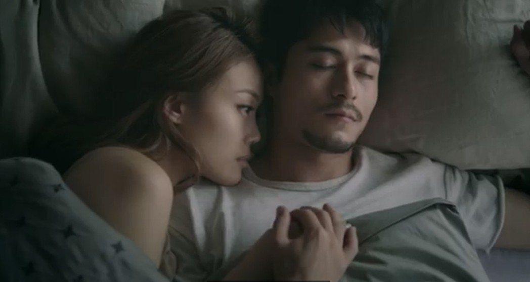 容祖兒(左)在「悲觀生物學」MV小露香肩。圖/英皇娛樂提供