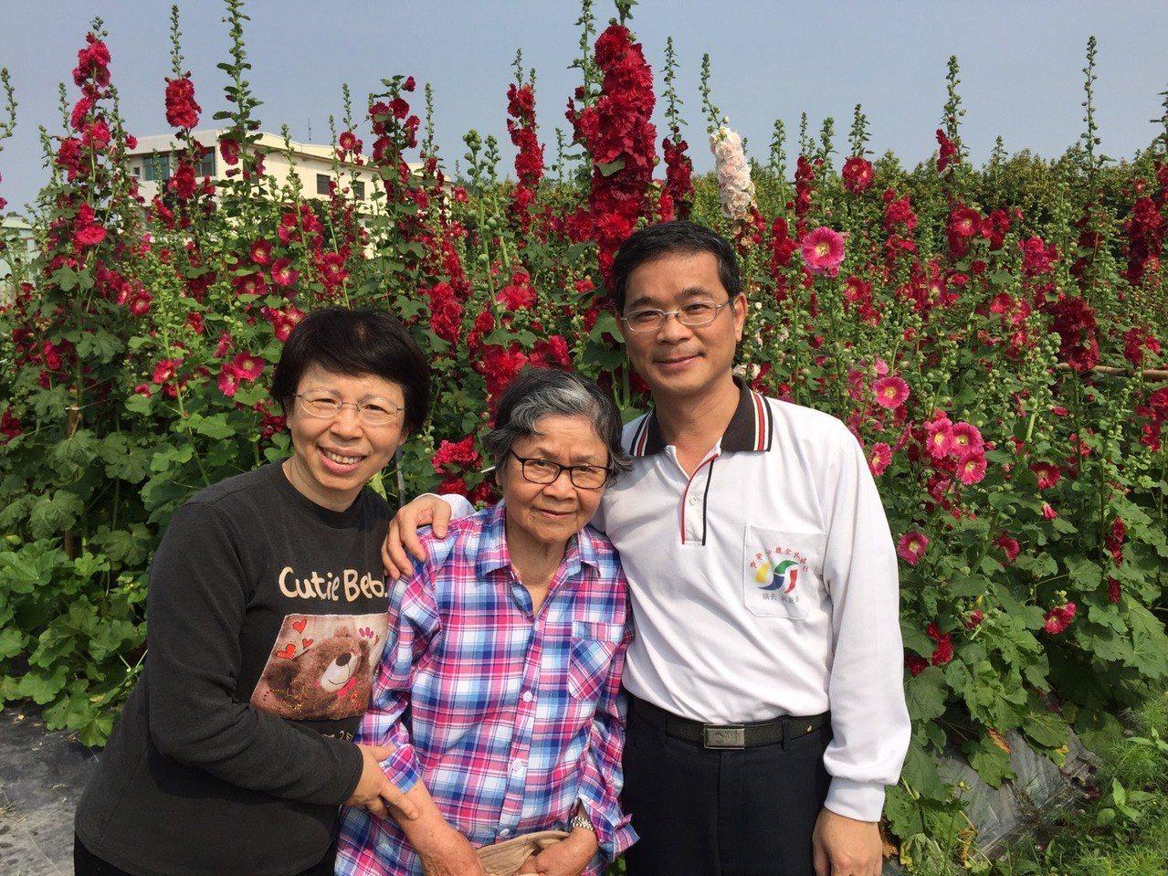 86歲「先生嬤」蕭黃淑卿(中)和心臟內科醫師的兒子蕭瑞鵬(左)夫婦,到員林市觀賞...
