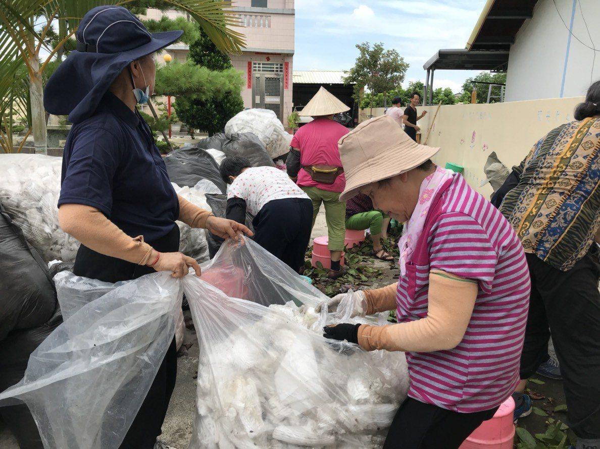 86歲「先生嬤」蕭黃淑卿(右1)每星期二都騎腳踏車,到慈濟員林環保站當資源回收志...
