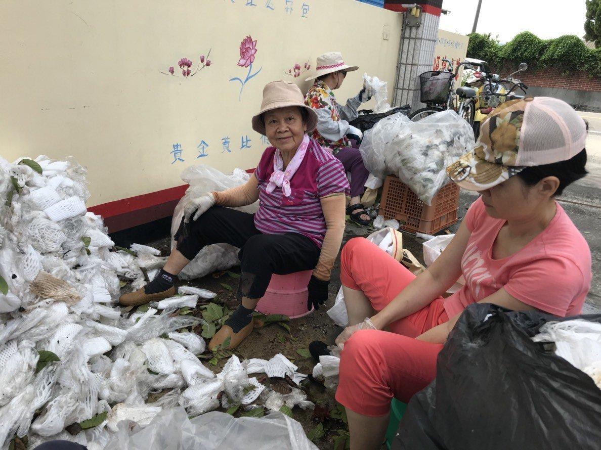 86歲「先生嬤」蕭黃淑卿(左1)每星期二都騎腳踏車,到慈濟員林環保站當資源回收志...