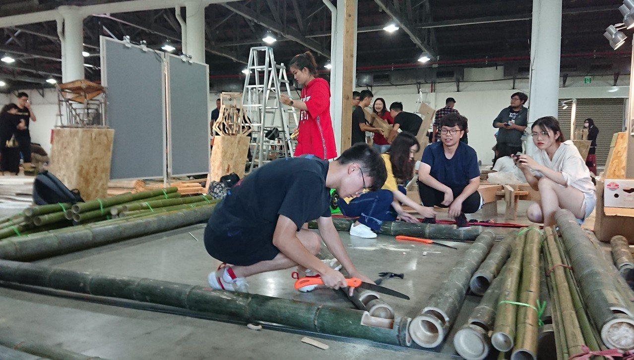 參賽學生隊伍在比賽一開始高呼加油口號,隨即蹲在地上忙著將已裁切、編號的木材依序排...