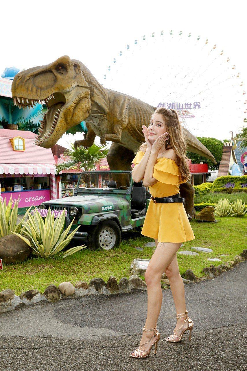 俄羅斯美女安妮在劍湖山主題樂園侏儸紀恐龍區的霸王龍前。圖/雲林縣政府提供