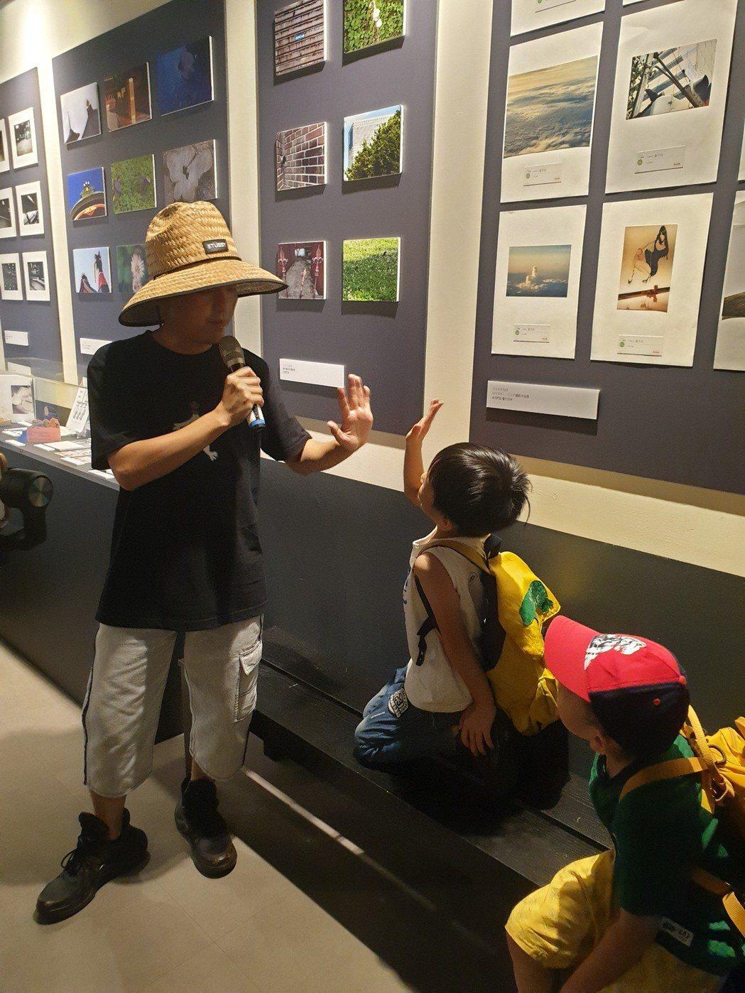 黃子佼導覽時被小孩亂入。記者李姿瑩/攝影