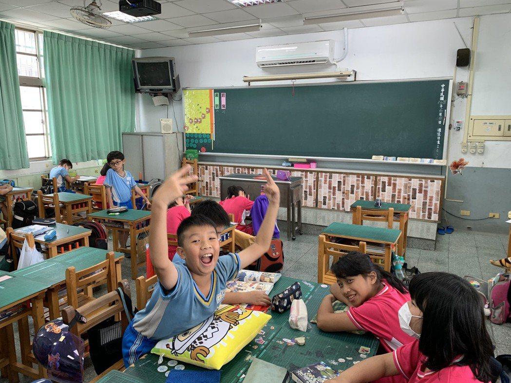 各地福利不同,屏東縣有的鄉鎮國中小教室已是全面裝冷氣,有的只有部分學校才有,讓家...