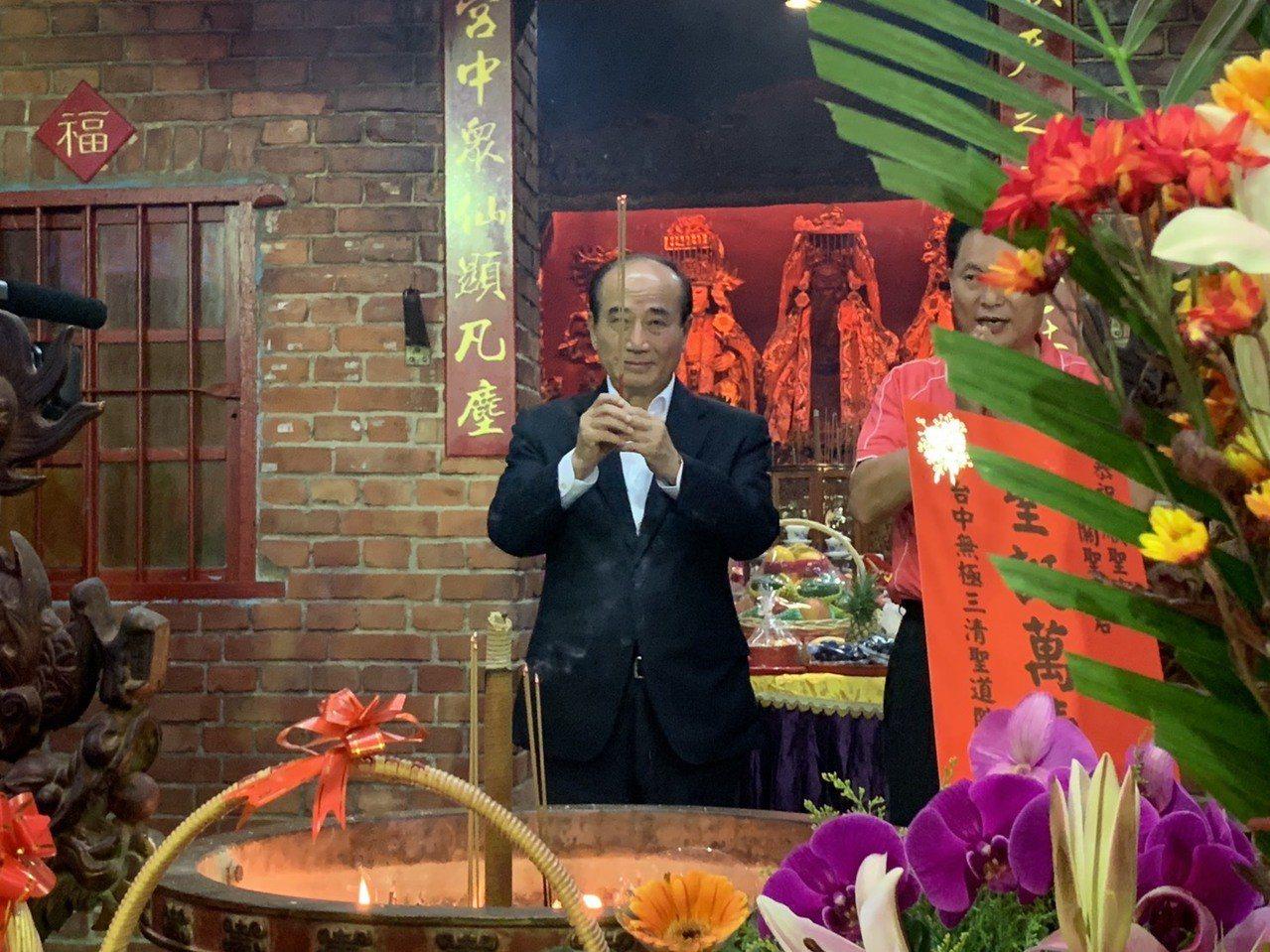 王金平今晚到土城區順聖宮出席平安福宴,上台前先誠心參拜。記者張曼蘋/攝影