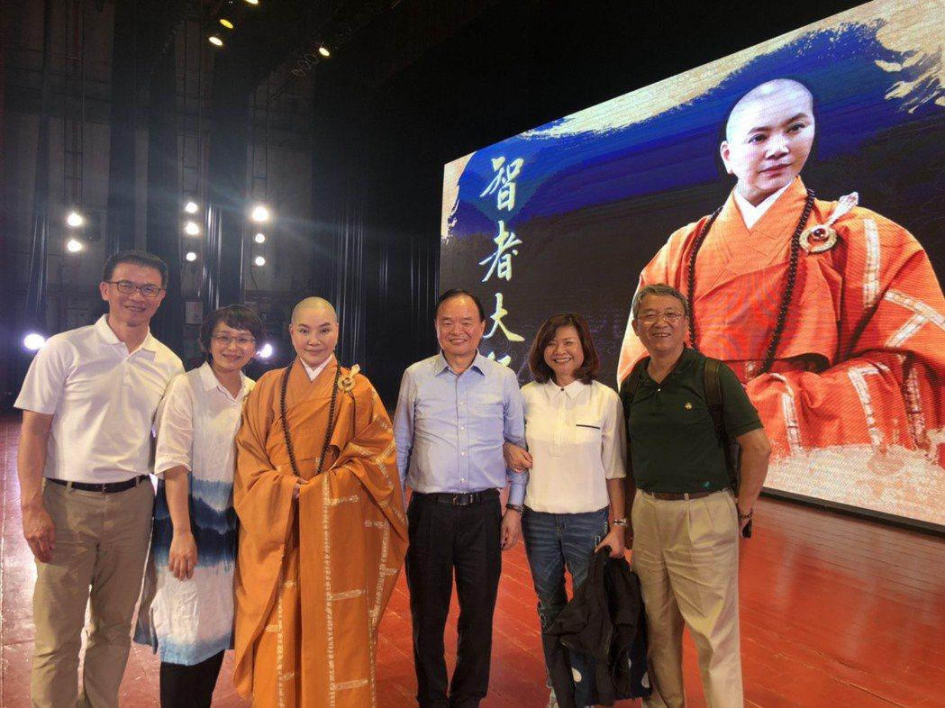 唐美雲歌仔戲團在馬來西亞演出,全聯董事長林敏雄(右三)率團捧場。圖/唐美雲歌仔戲