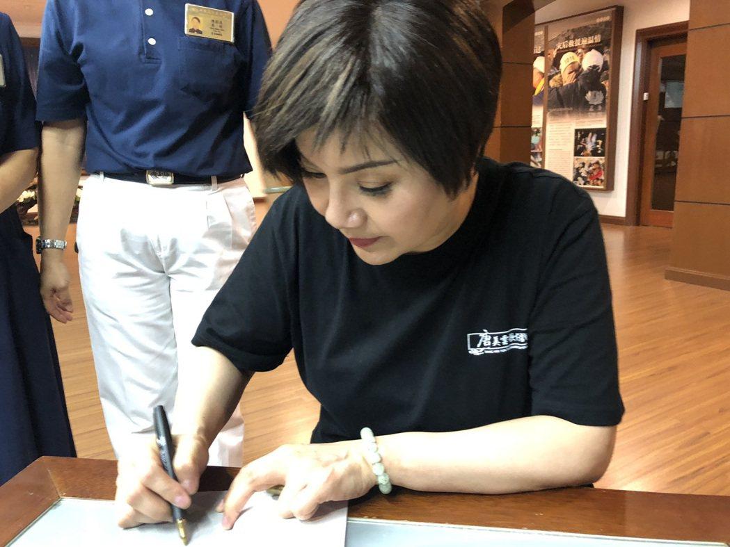 唐美雲到東南亞巡演到處都有粉絲要求簽名合影,人氣No.1。圖/唐美雲歌仔劇團提供