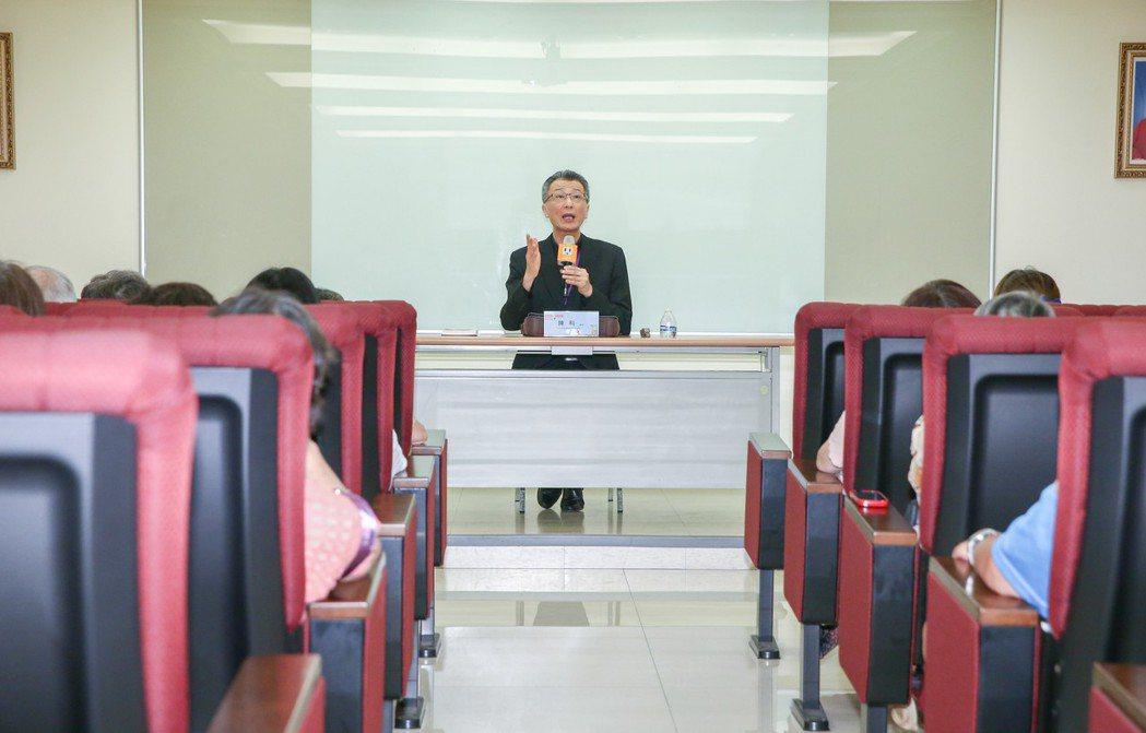 聯合報健康事業部今日舉辦「生命探索,用愛溝通」講座,天主教會台灣地區主教團秘書長...