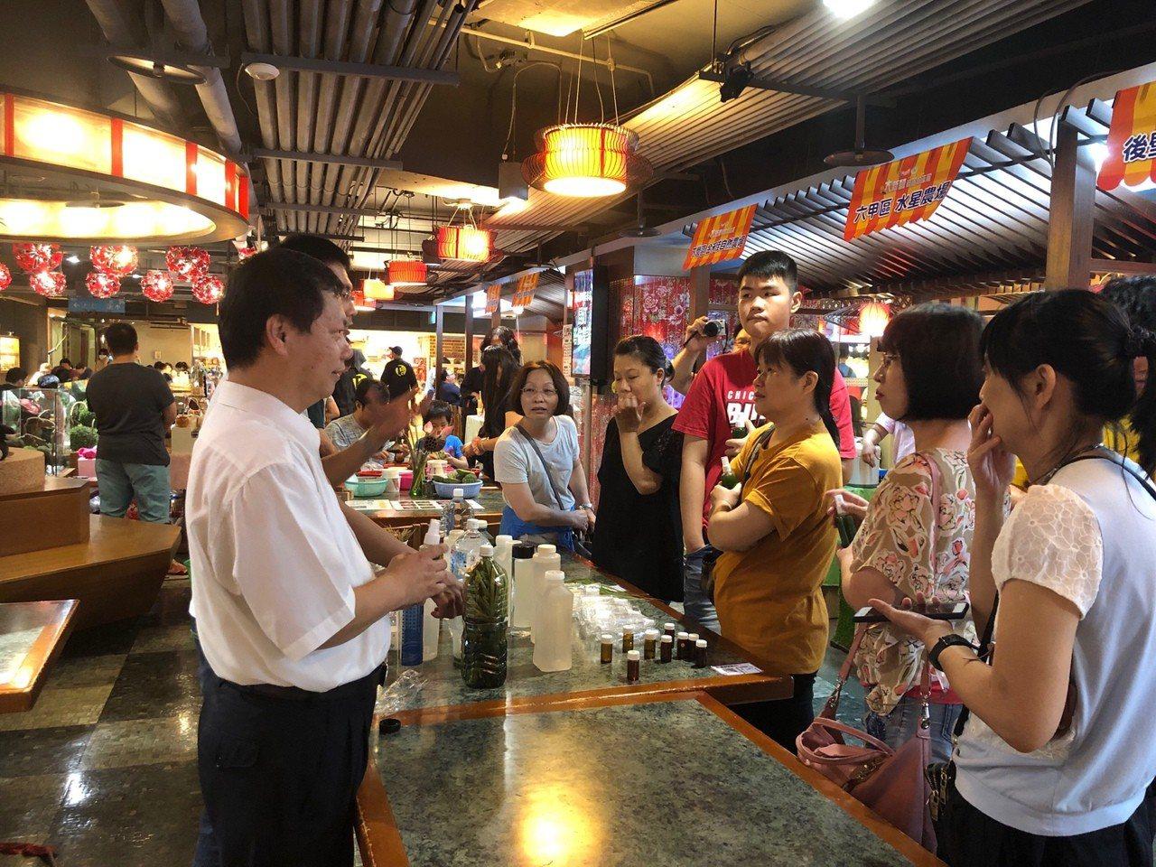 新營區長魏文貴(左一)向市民朋友宣導登革熱防疫重要性。圖/新營區公所提供