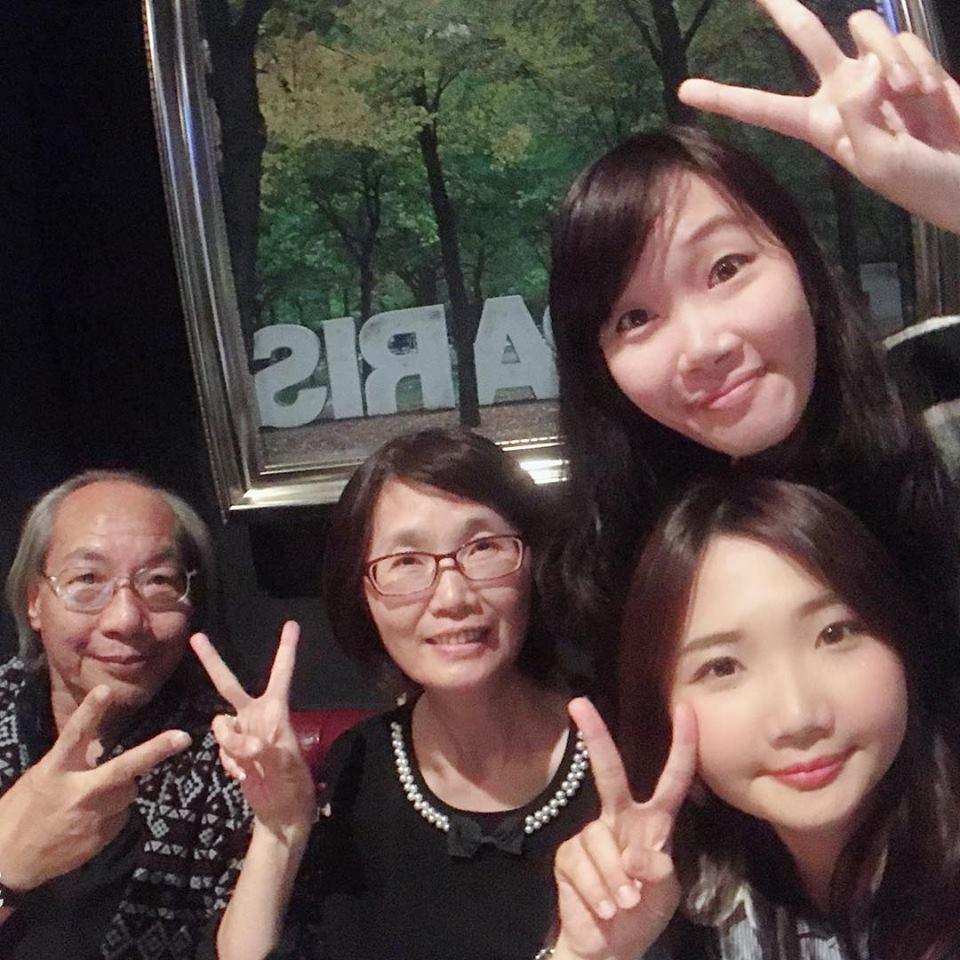 麻豆戲院老闆錡清祿(左一)與妻子及兩位寶貝女兒分工各司其職,成功讓戲院「回春」。...