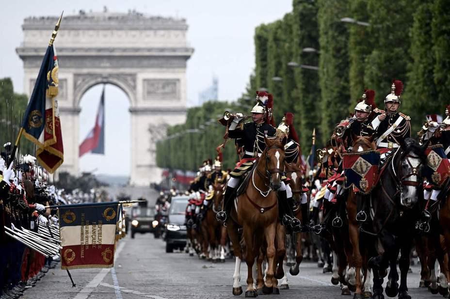 負責政府機構警衛工作的法國共和國衛隊14日在巴黎參加國慶閱兵。法新社