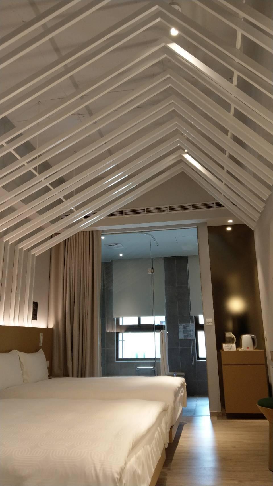雲朗集團進駐礁溪的新飯店品文旅「溫室房」,採挑高式建築,想像自己入住白色溫室裡。...