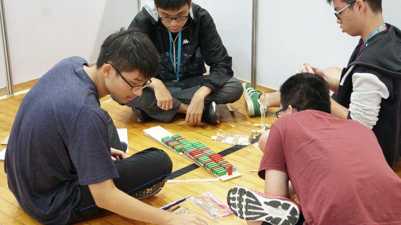 中山大學舉辦首屆「DNA急智王應用競賽」,機電系教授程啓正擔任計畫主持人,以「多...