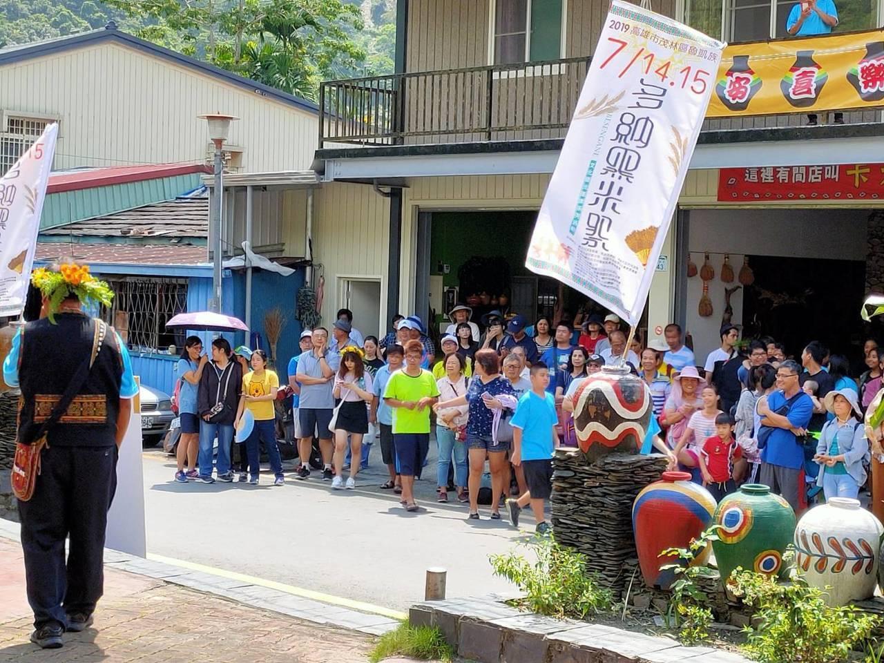 高雄茂林多納部落黑米祭湧入大量遊客,定點展演吸引遊客駐足觀看。記者徐白櫻/翻攝