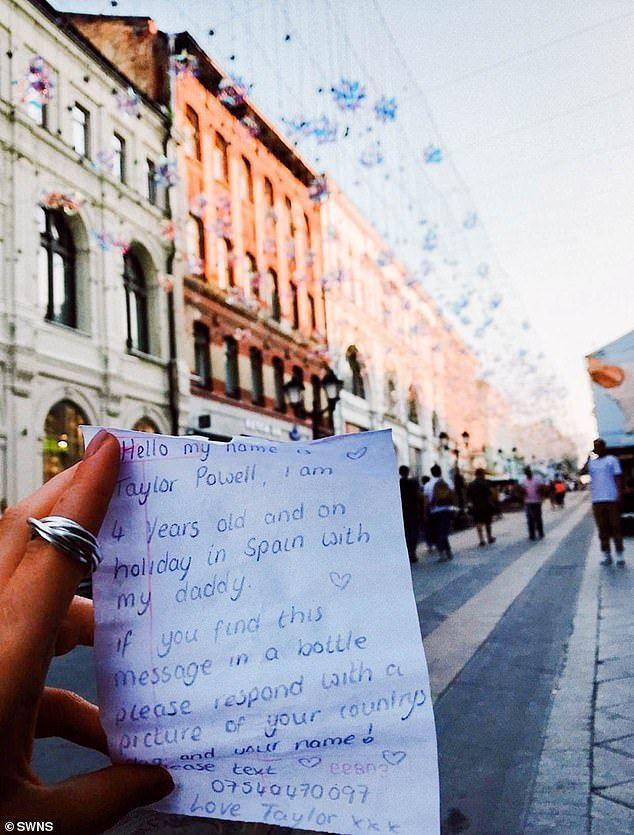 俄羅斯男女撿到瓶中信,拍照通知泰勒的父親瑞奇。 圖/英國每日郵報