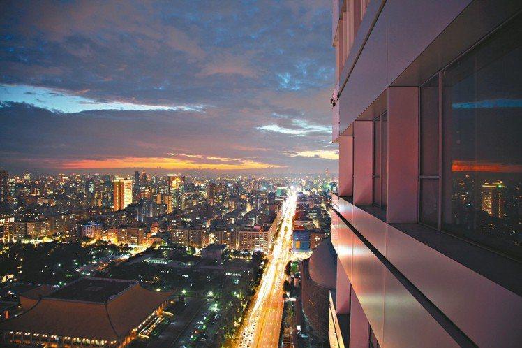 「聯合。大於」往外眺望的絕美夜景。 圖/璞園提供