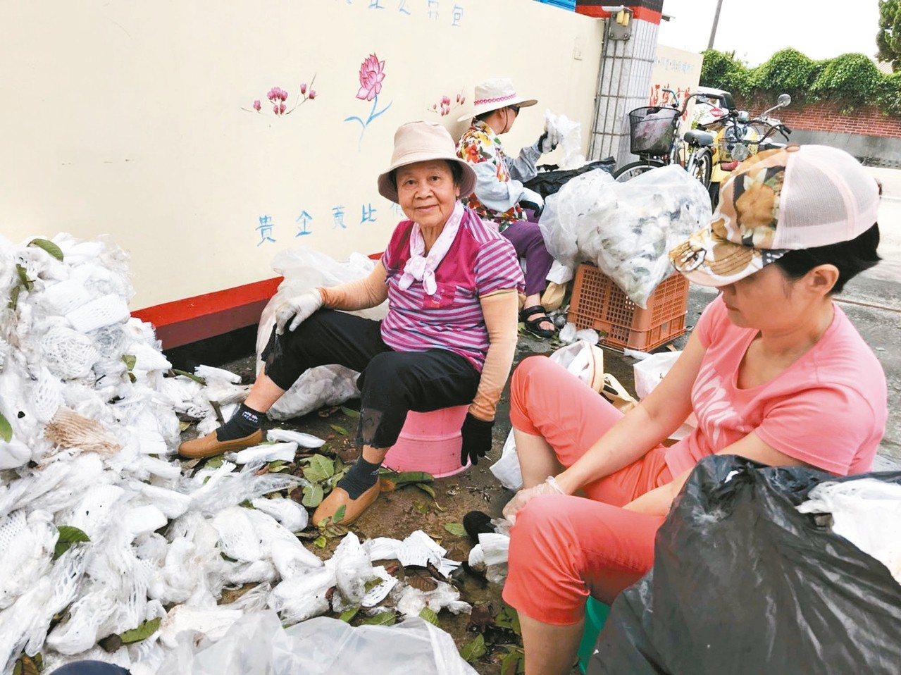 86歲「先生嬤」蕭黃淑卿(左一)每周二都騎腳踏車,到慈濟員林環保站當資源回收志工...