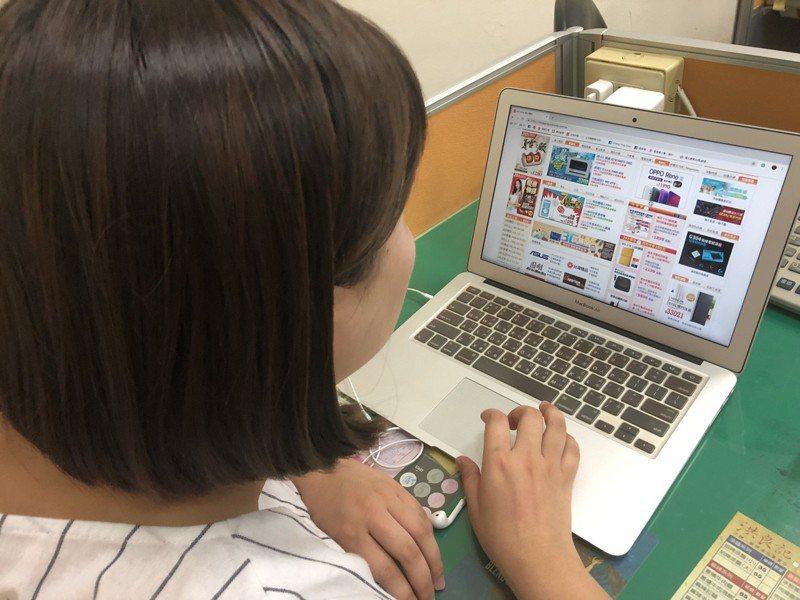使用網購的消費者眾多,收到取貨簡訊需確認訂單再領取,以免被詐騙。  示意圖,記者陳秋雲/攝影