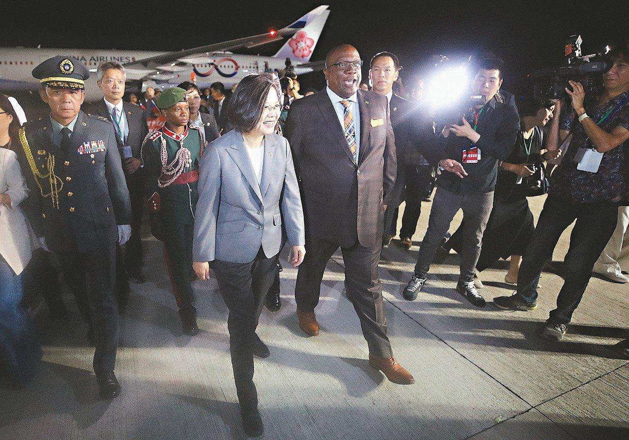 總統蔡英文(前左二)當地時間十三日抵達友邦聖克里斯多福及尼維斯,總理哈里斯(前左...