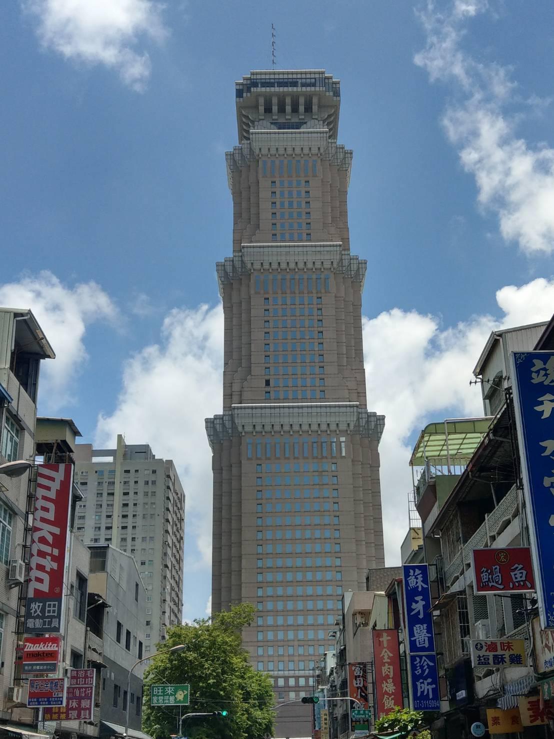 高雄市超高大樓不多見,目前僅有兩棟50樓以上的超高大樓,長谷 世貿聯合國50樓位...