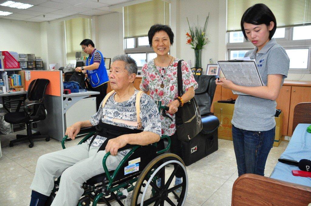 民眾申請補助輔具時,輔具中心會派員前往評估。圖/新北社會局提供