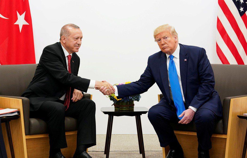 土耳其總統厄多安(左)上月29日在大阪G20峰會場邊和美國總統川普會面。 (路透...