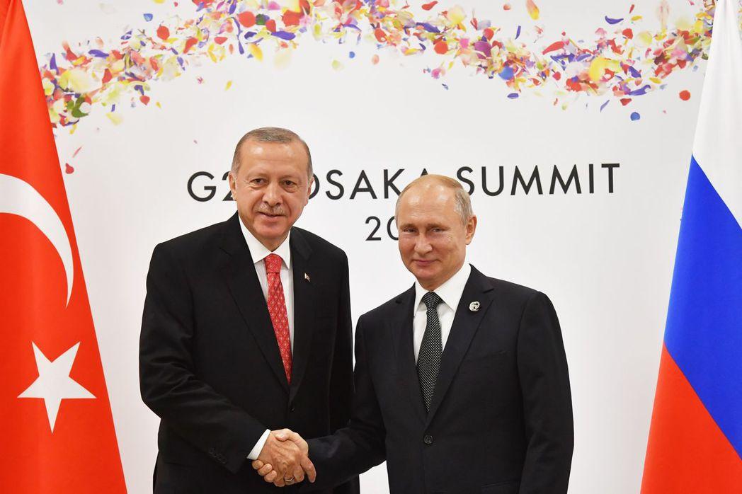 土耳其總統厄多安(左)上月29日在大阪G20峰會場邊和俄國總統普亭(右)會面。 ...