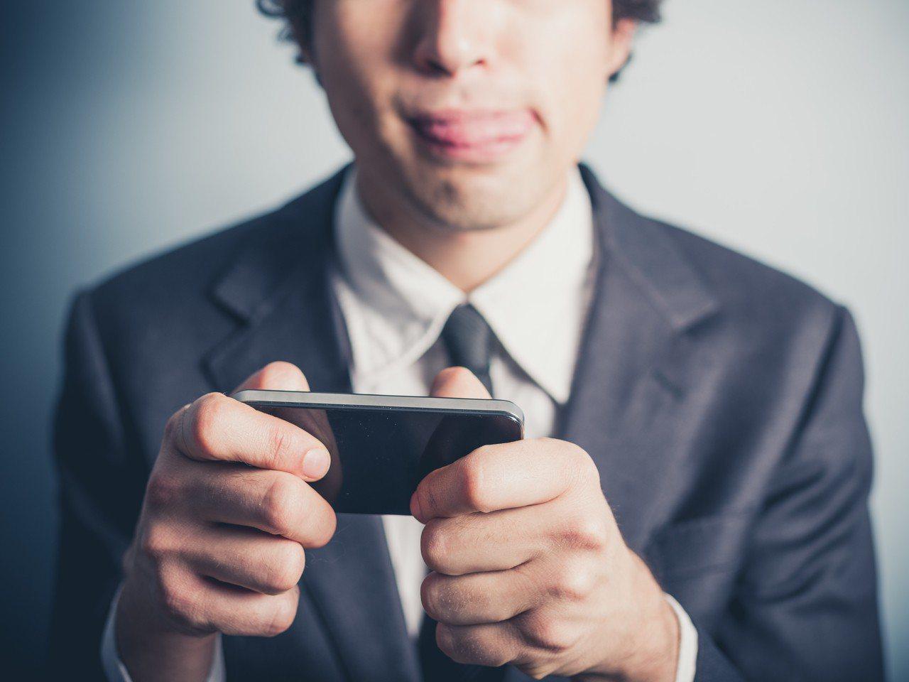 手機綁定電信帳單付費玩遊戲很方便,家長需多留意,示意圖與新聞當事人無關。圖/in...