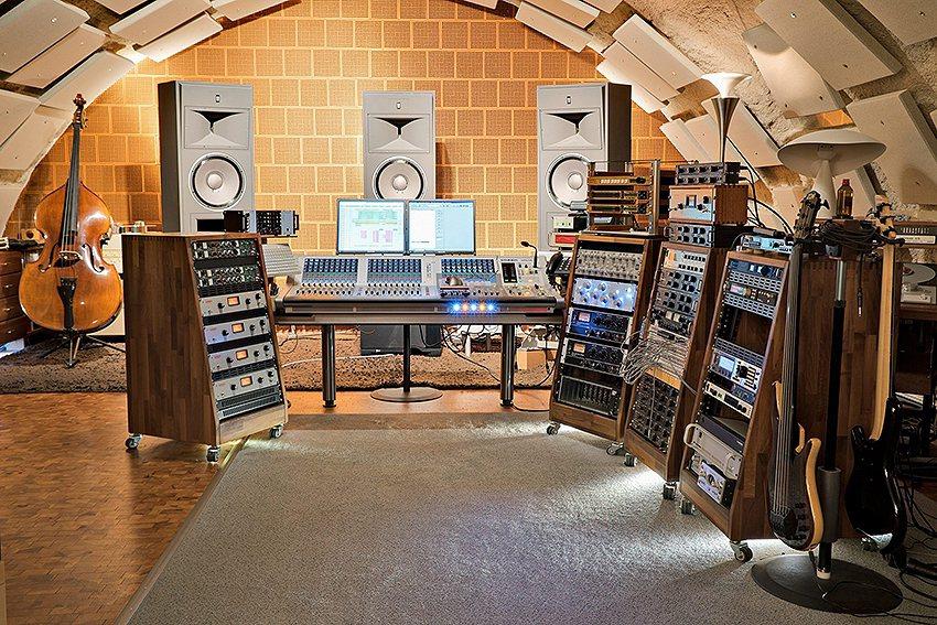 為了製作今年的UHQCD紀念版CD特別委託德國專業技術的老虎魚錄音室。 台灣音響...