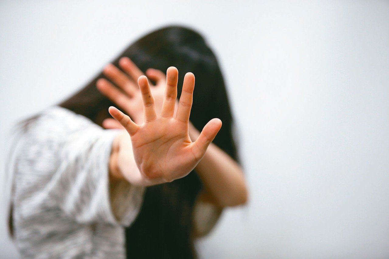 屏東某大學陳姓男大生,藉機幫學妹按摩,將手伸入衣內觸摸胸部,遭判賠償20萬元,圖...