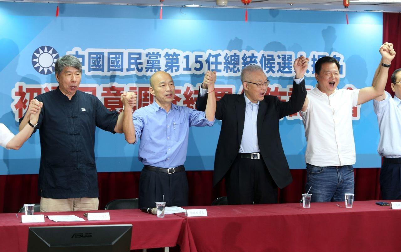 國民黨總統初選民調結果出爐,吳敦義主席(右二)帶領韓國瑜(左二)、周錫瑋(右)和...