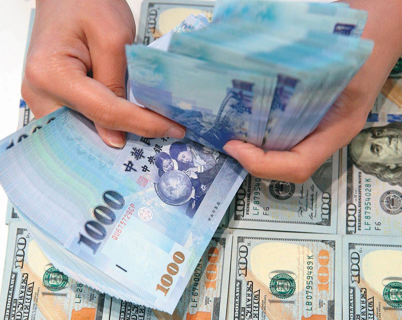 新台幣兌美元匯率開低走低,早盤一度貶至31.515元。 聯合報系資料照