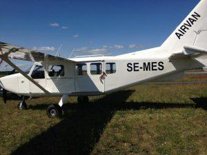瑞典小型飛機失事墜毀,機上9人全罹難。圖/取自Airport Webcams推特