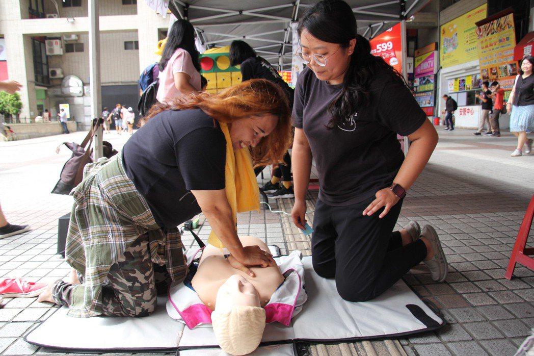 「弘光有愛、健康無礙」健康促進活動中,移工玩闖關學CPR。 弘光科大/提供。