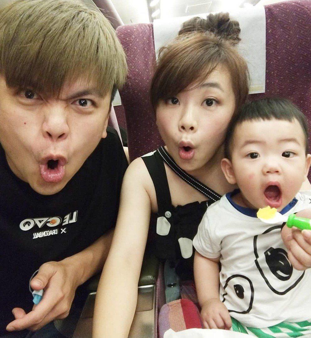 蔡阿嘎與老婆二伯、兒子蔡桃貴。 圖/擷自蔡阿嘎IG