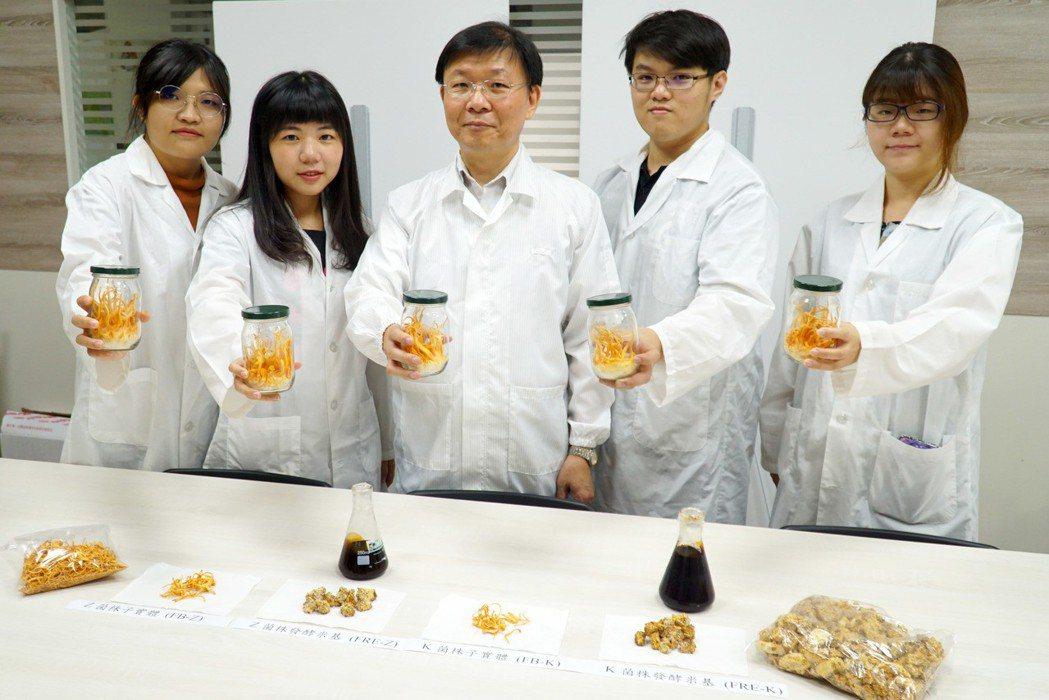 大葉大學生資系梁志欽教授(中),將蛹蟲草應用在乳腺癌實驗上。 大葉大學/提供。