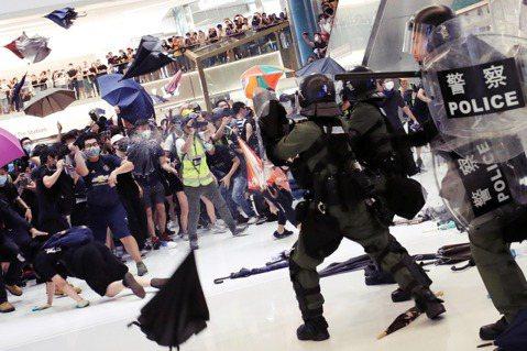 香港反送中抗爭,14日晚間在新界的沙田區爆發嚴重的警民流血衝突。 圖/路透社