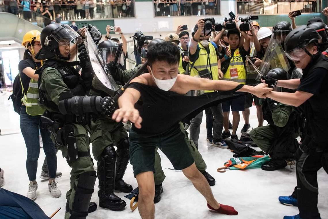 9點55分左右,場外的鎮暴部隊開始往商城內湧入,於是警民衝突全面爆發,雙方大打出...
