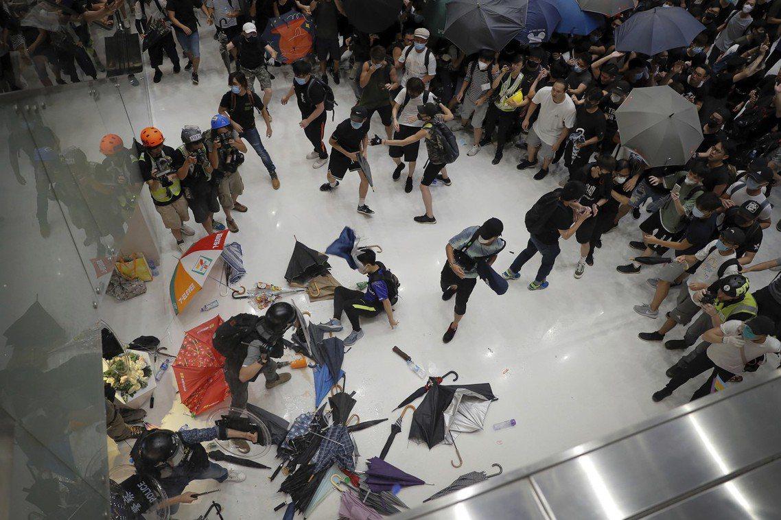 遁入沙田「新城市商場」的示威群眾,卻在商場內遭遇鎮暴警察,商場內的交通出口亦被港...
