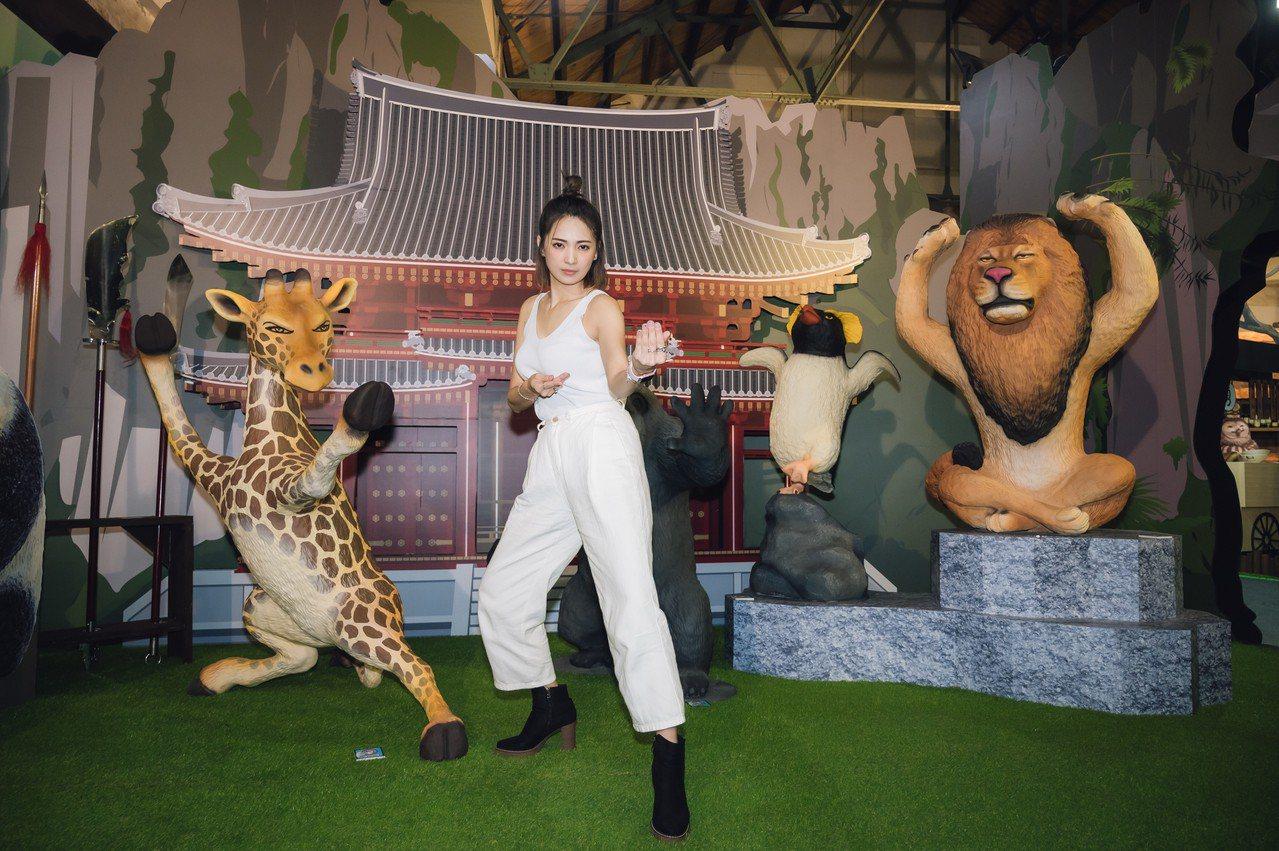 阿喜參觀「動物也瘋狂朝隈俊男的Animal Life」特展。圖/寬宏藝術提供