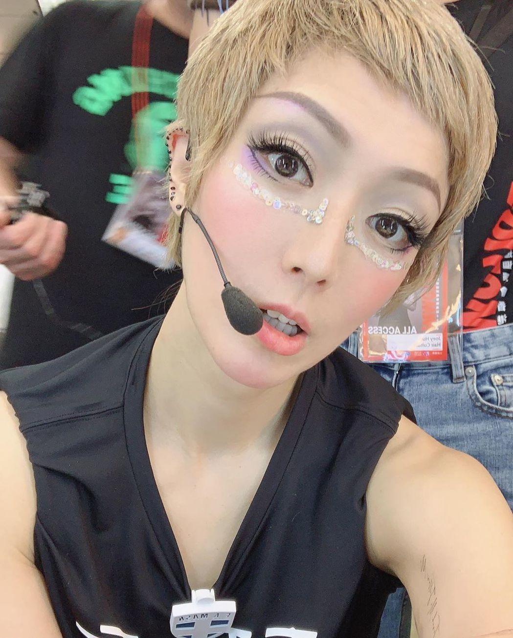 鄭秀文秀出演唱會的金色短假髮造型。 圖/擷自鄭秀文IG