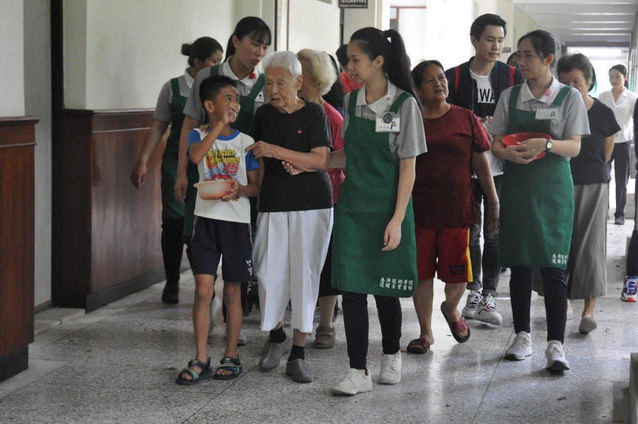 透過長照實習場域,讓不同世代的年輕人,可以了解、學習、連結。圖/慈濟科大提供