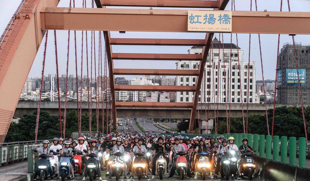 來自全台各地的 1,100 名 Gogoro 車主,凌晨三點於台中市原朝馬工商展...