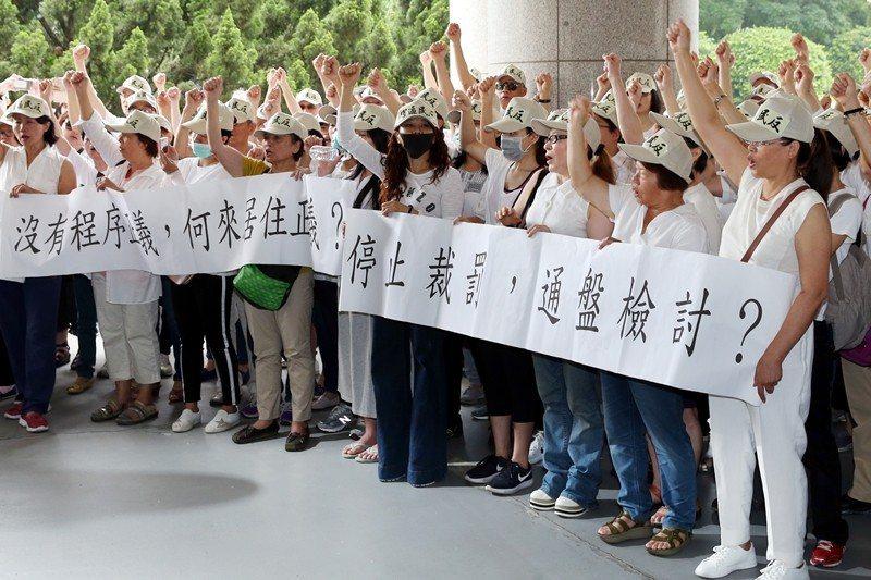 2018年5月,遭台北市政府開罰的「大彎北段」住戶舉布條抗議。 圖/聯合報系資料...