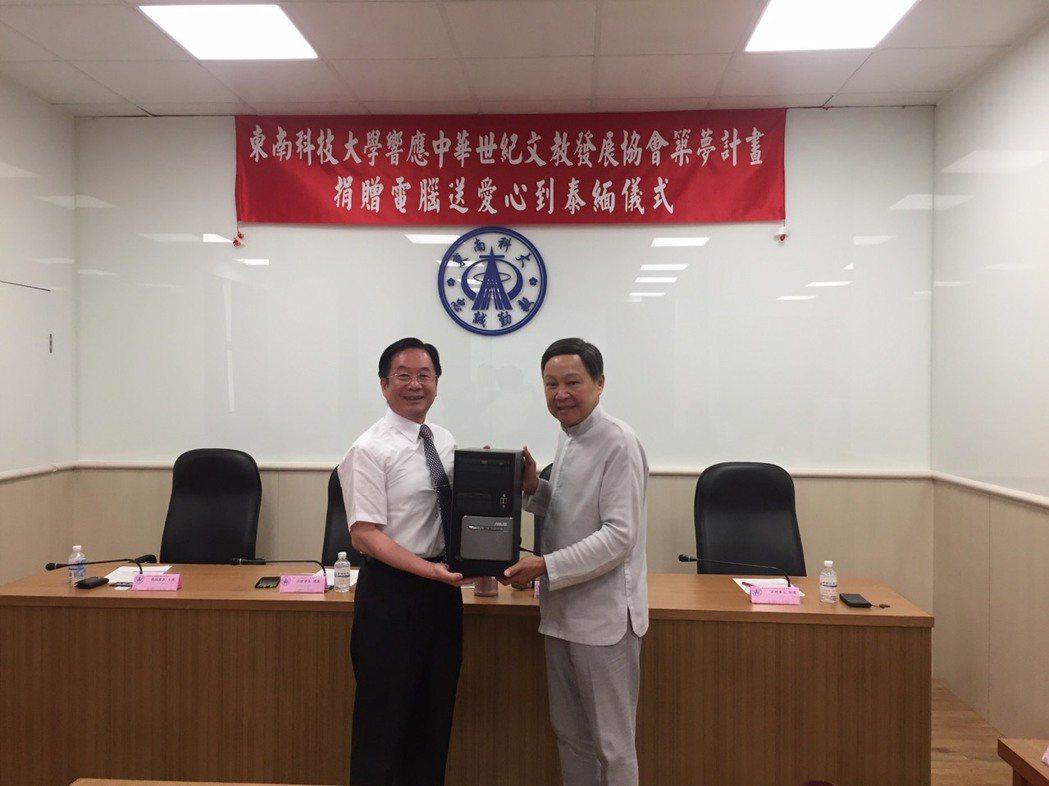 捐贈儀式由東南科技大學李清吟校長(左)主持,中華世紀文教發展協會的吳建國理事長親...